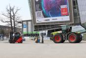 Automatischer Konvoi aus Gabelstapler, Elektroschlepper und Traktor