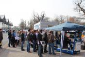 Besucher verfolgen die Vorführung des ferngesteuerten Radladers
