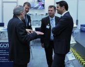 Der niedersächsische Wirtschaftsminister Olaf Lies (rechts) im Gespräch mit Herrn H.-H. Götting (links) und Mitarbeitern der Götting KG