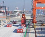 Hafen mit FTF und Containerkränen