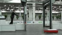 Foto des Showcase mit automatischen Türen, KATE AGV und Person mit RFID Tag zur Authentifizierung