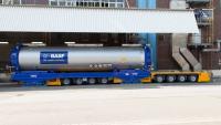 AGV fährt an einer Ladestelle unter einen Tankcontainer (Bild: BASF)